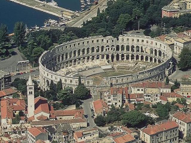На сегодняшний день Колизей в Пуле увлекает туристов не только своим внешним видом. Здесь работает музей, который открывает занавес на историю города и самой Арены, проходят многочисленные концерты, празднества и народные гуляния.