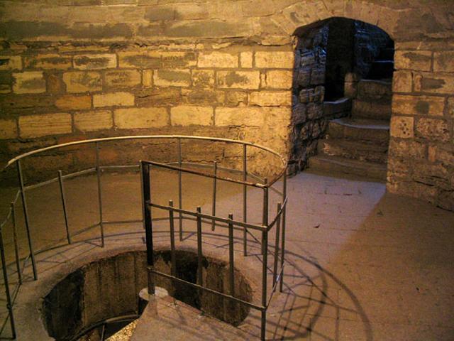 Восемь ярусов башни соединены между собой при помощи узенькой винтовой лестницы.