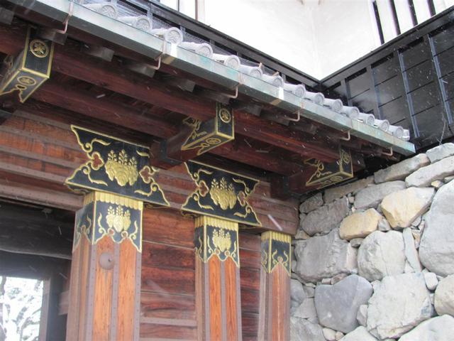 Постройка замка завершилась в XVI столетии, но даже сегодня можно увидеть его уникальные деревянные украшения.
