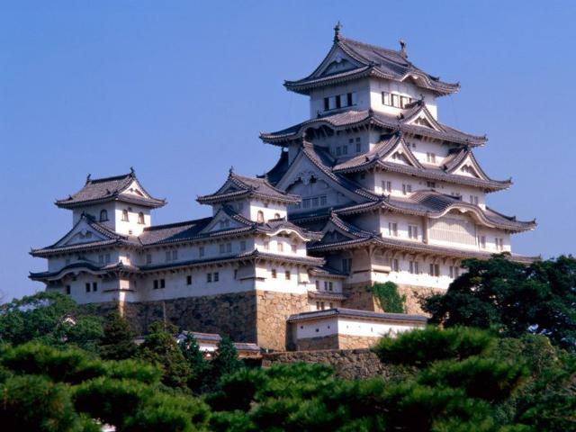 Еще одним уникальным строением на территории Японии является аналогичный белоснежный замок, который носит название Куматото или Белая Цапля. Красота и живописность места, где находится замок, по-настоящему завораживает туристов.