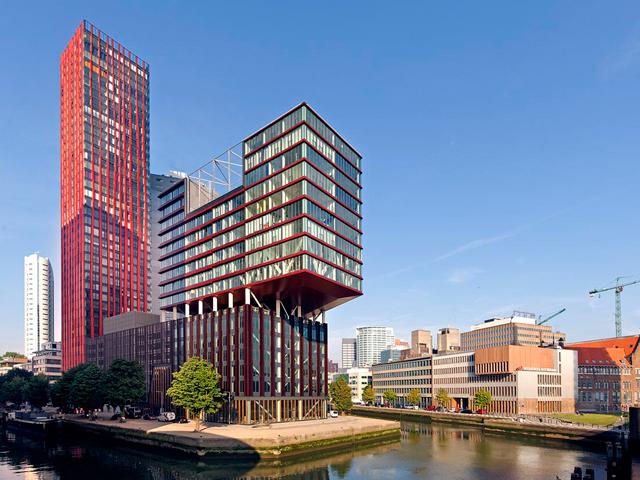 Это не просто небоскреб, это целый комплекс сооружений. Он состоит из самого жилого комплекса, пристройки и парковки.