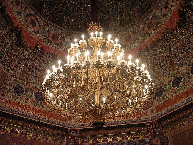 Дворец в Аранхуэсе достраивали и переделывали в течение нескольких поколений. В 18 веке его сильно повредил пожар, поэтому много пришлось восстанавливать заново.
