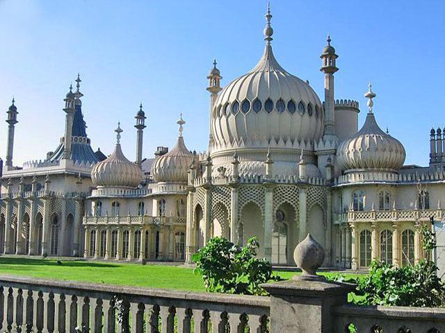 Главной особенностью павильона является его индийский стиль, который был довольно распространен и моден на то время. Позже принц стал королем Георгом IV.