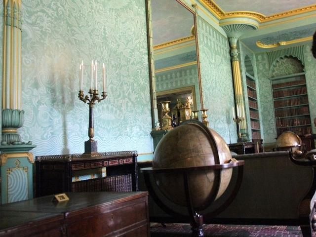 Дворец или, как чаще говорят, Королевский павильон появился здесь в период между 1815 и 1822 годами, когда Джон Неш придумал его проект. Сегодня здание совсем не изменилось, поэтому мы можем восхищаться интересной и необычной задумкой архитектора.