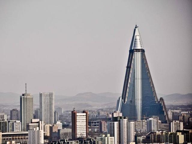 Строительство этого красивейшего здания было начато в конце прошлого тысячелетия, но позже его приостановили из-за экономических трудностей Северной Кореи.