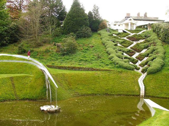 Это место является частной собственностью супругов, которые обожают космос и растения. Решение и необычный проект появились после того, как в 1980 году жена Чарлза Дженкса получила в подарок огромный участок земли вместе с красивым домом в Портрэк Хаус.