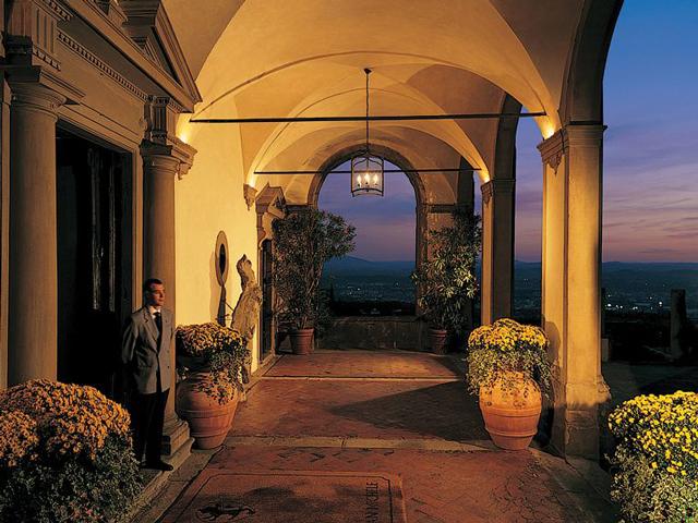 Значительной частью его жизни стала как раз постройка виллы Сан-Микеле, а позже он даже написал о ней книгу. К вилле ведет довольно крутой горный серпантин, а вид с галереи виллы на вулкан Везувий захватывает дух.