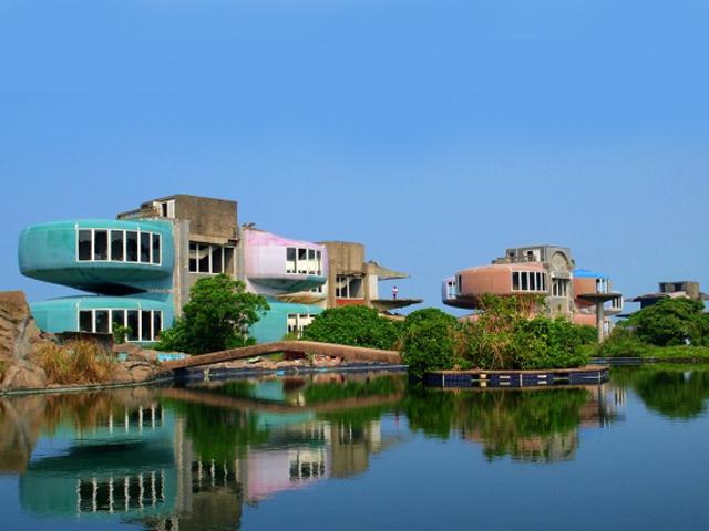 Здания начали строить в конце семидесятых годов прошлого века, в качестве курортного комплекса. Их возводили для офицеров из Америки, которые служили в Восточной Азии.