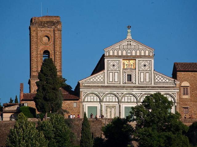 Церковь находится в итальянском голоде Флоренция, который сам по себе может быть назван произведением искусства. Благодаря удачному расположению с территории церкви открывается завтатывающий вид на Флоренцию.