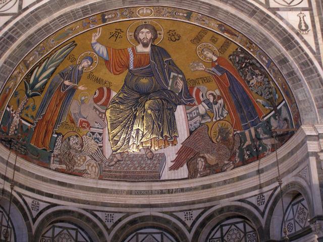 Вид самой церкви также способен привести в восторг любого наблюдателя. По вечерам фасад церкви подсвечен красивой иллюминацией, которая украшает сверкающую мозаику и мраморные стены. В сумерках собор Сан-Миниато-аль-Монте по-настоящему сверкает и переливается разноцветными огоньками.