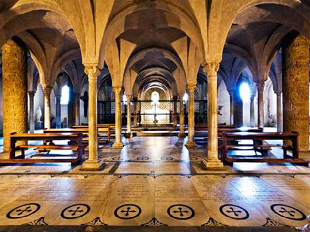 Потолок церкви сделан с перекрытием. Очевидно, что церковь Сан-Миниато-аль-Монте прекрасно совмещает в себе романскую архитектуру начала второго тысячелетия и стиль Возрождения XV века.