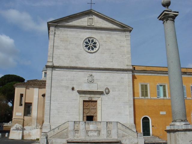 Фасад церковь имеет достаточно простой, с аскетическим декором. Но внутреннее убранство поражает воображение.
