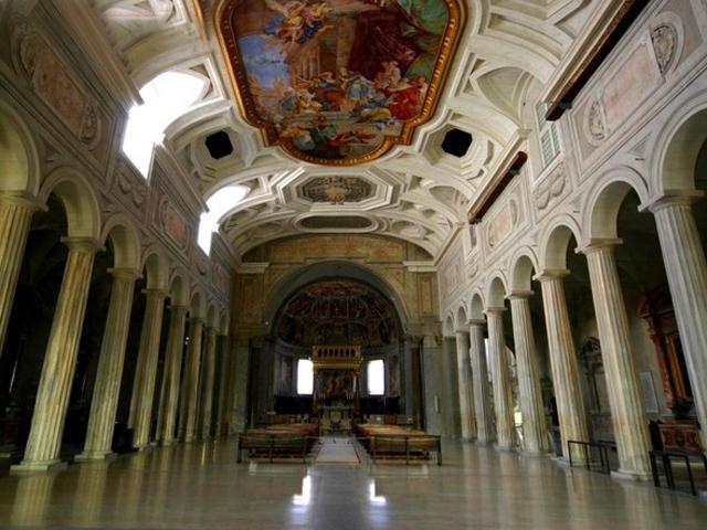 Среди авторов – знаменитые Микелянджело и Вазари. Присутствовали и творения великого Рафаэля Санти, но сейчас они перенесены в Ватикан.