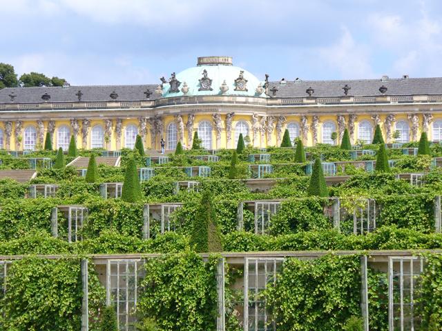 Сан-Суси строили в популярном тогда стиле рококо. Король Пруссии мечтал о настоящей романтической резиденции, в которой он мог бы спокойно жить летом, подальше от надоевших церемоний своего двора в Берлине.