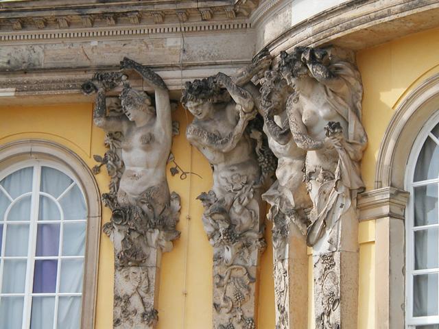 Здание находится на территории небольшого городка Потсдам, всего лишь в паре километров от Берлина. Очень часто комплекс называют Анти-Версаль, так как он похож на французскую резиденцию королей.