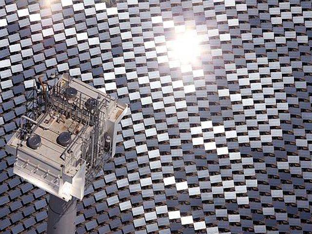 Благодаря отражению через большие зеркала солнечные лучи попадают в накопитель тепла. Накопленная энергия способствует кипячению воды и её дальнейшему преобразованию в пар.