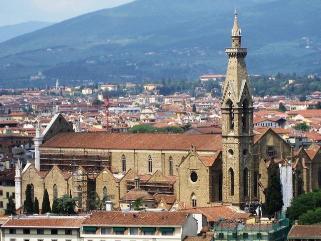 Рядом с чередой гробниц располагается надгробие Данте, однако его прах находится в Равенне, так как его не возвратили в родную Флоренцию. Гробницу Микеланджело, изготовленную из мрамора, украшают фигуры Скульптуры, Живописи и Архитектуры, потому как таким образом, автор работы хотел передать многогранность Микеланджело.