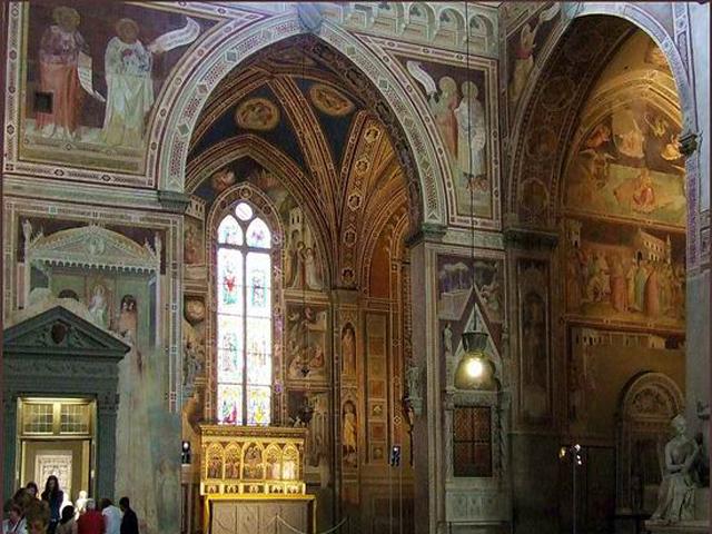 """В церкви также находится горельеф """"Благовещение"""", работа скульптора Донателло. Горельеф сделан из серого камня с позолоченной отделкой. Удивительное сочетание серого и золотого, плюс шикарное архитектурное обрамление делают его величественно нарядной. Скульптор изображает сюжет из Евангелие как некую светскую сцену. Во времена Донателло такой прием считался модным."""