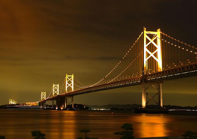 При строительстве Бисана была рассчитана такая высота, чтобы во время приливов под мостом свободно могли проходить танкеры и морские корабли, которые вступая во Внутреннее Японское море, просто не могут миновать участок, где находится мост.