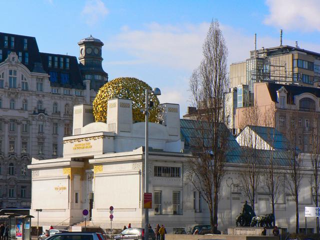 Здание, которое выросло за небольшой период времени, почти сразу же стало по-настоящему культовым для австрийцев. Конструкция является полностью белоснежной, не считая золотистого купола, который как нельзя лучше вписывается в окружающий пейзаж.