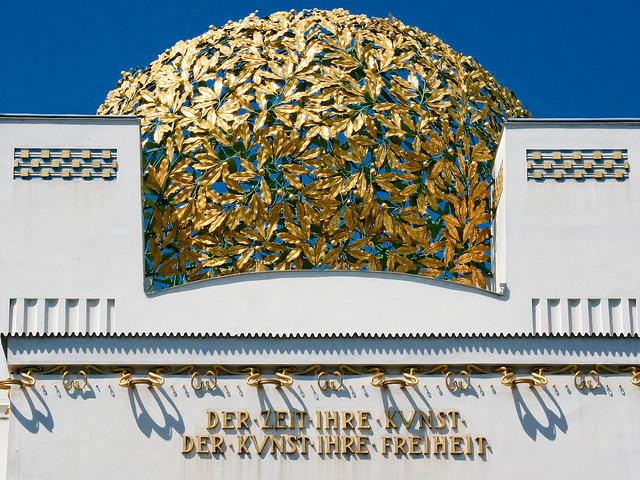 Под куполом написана известная фраза модернистов: «Каждому времени – его искусство, искусству – его свободу».