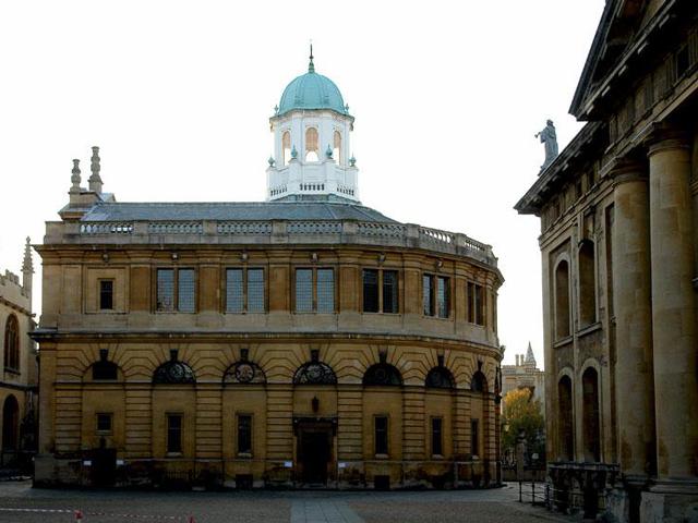 Построенный в 1668 году театр на самом деле предназначен для проведения лекций и университетских церемоний. Руководство Оксфорда довольно долгое время проводило все церемонии в церкви, но позже запланировало обзавестись собственной сценой для вручения степеней.