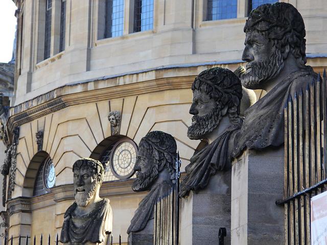 Архитектором университетской сцены стал Кристофер Рен, который вопреки тогдашним модным тенденциям возвёл здание в античном, а не готическом стиле. Архитектор настолько был вдохновлён античными мотивами, что даже оставил театр без крыши по подобию сооружений в древнем Риме.