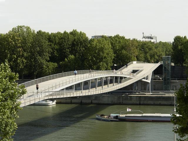 Это мост – единственный на территории Парижа, который назвали женским именем, на честь известной подруги и современницы Сартра, которая сама являлась писательницей и философом.