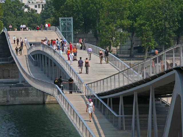 Проектировал мост архитектор Дитмар Файхтингер, который считает, что это сооружение является самым женственным в Париже. Открытие произошло в 2006 году.