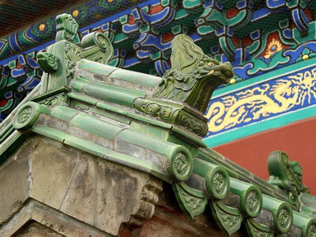 Главными парадными сооружениями являются три храма: Богатого Урожая, Небесного Величия и Алтарь Неба, которые окружены внутренней стеной.