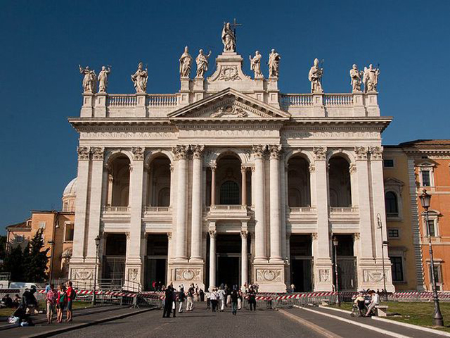 Название собора происходит от дворца семьи Латеранов, который раньше находился на этом месте. После того, как император Константин Великий сыграл свадьбу, дворец перешел в его владения. Правитель принял христианство и в знак своей великой веры подарил здание Папе.
