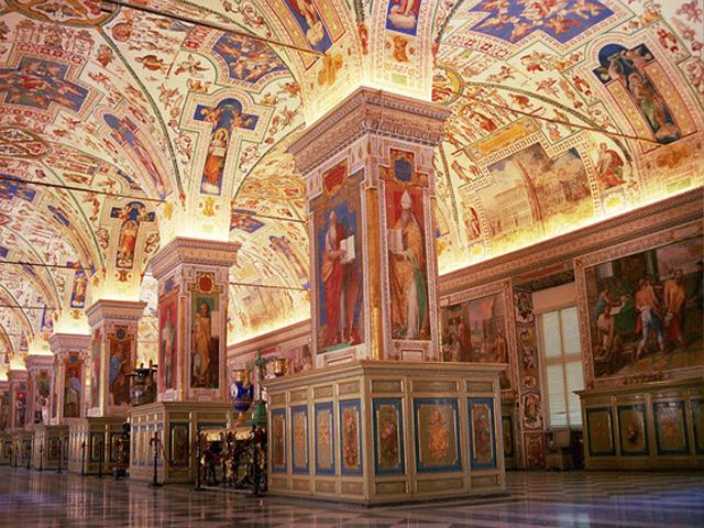 Это здание считается самым старым и важным для католиков всего мира. Это объясняется надписью, которая выбита на фасаде храма: «Святейшая Латеранская церковь, всех церквей города и мира мать и глава».
