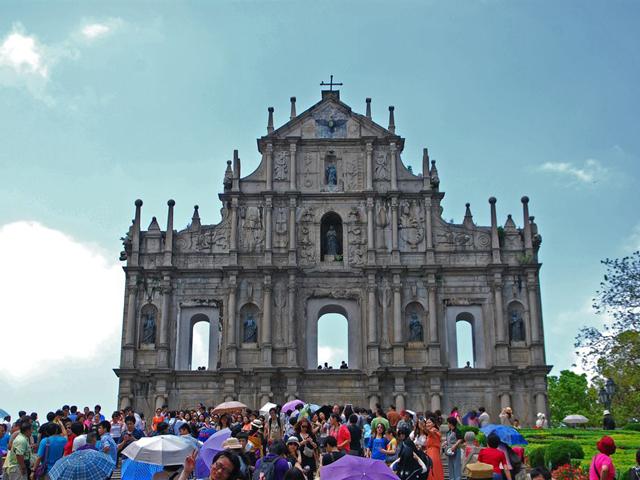 В древние времена город был сдан в пользование португальцам, которые и построили здесь множество европейских объектов. В начале XVII века был построен и храм Святого апостола Павла, который сразу стал любимой достопримечательностью горожан.