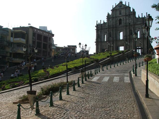 Храм также обошел все католические соборы Востока по своим масштабам. Правители европейских государств стремились одарить подарками этот собор.