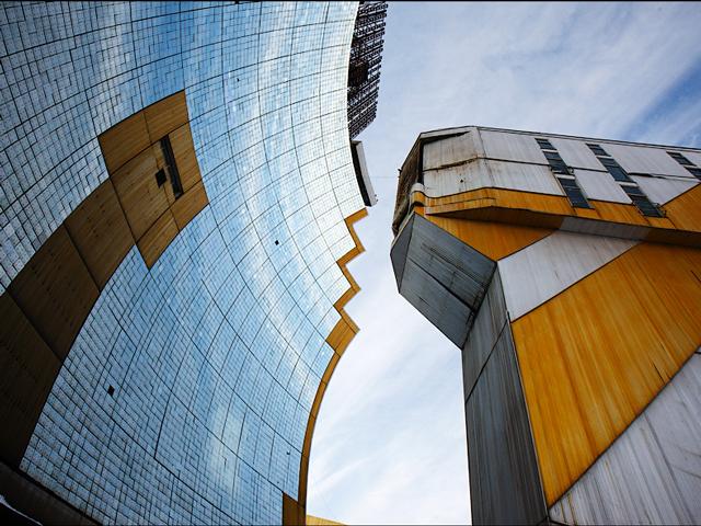 Зеркала выстроены таким образом, что действуют как параболический отражатель. Лучи света сосредотачиваются в одном центре. В этом месте температура становится невероятно высокой около 3500 градусов по Цельсию.