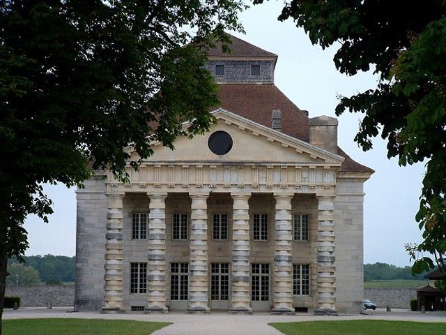 Когда в 1771 году Леду был назначен королем Людовиком XVI инспектором по соляным работам, архитектор сумел получить полную картину того, как должны выглядеть настоящие солеварни.