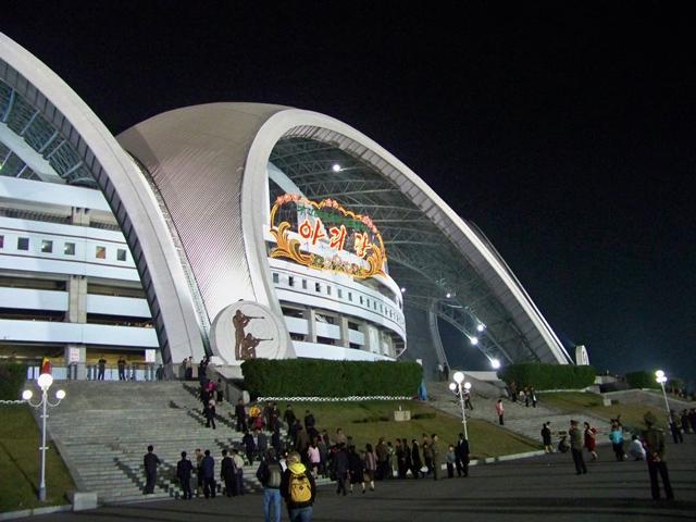 Но не только своей вместительностью славится Стадион Рунгра. Его красота воистину великолепна. Его конструкция состоит из шестнадцати арок, смыкающихся в огромное кольцо.