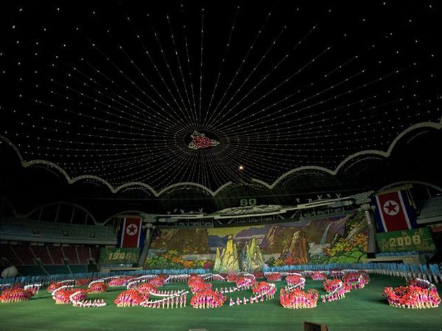 Здесь проходят все важные футбольные матчи международного значения, соревнования легкоатлетов; но, как правило, самое главное место занимают знаменитые спектакли на честь Северной Кореи и вождю Ким Ир Сену. Феерические представления и волшебные шоу привлекают огромное количество зрителей (до ста пятидесяти тысяч).