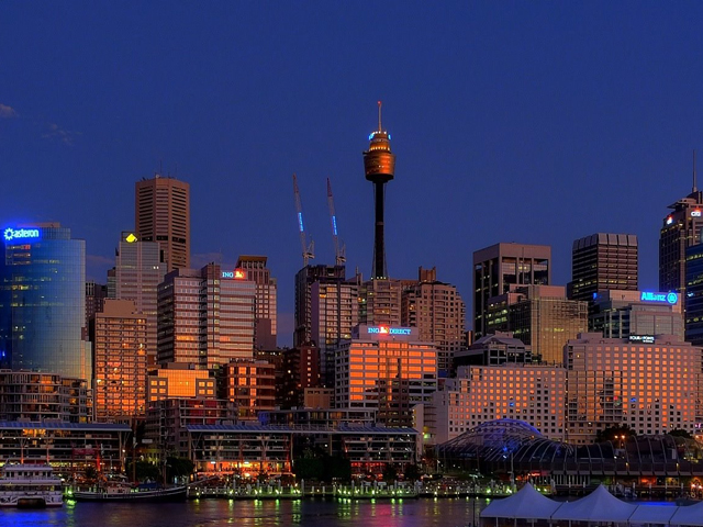 На нижних и подвальных этажах высотки располагается торгово-развлекательный центр, а вокруг башни находятся многочисленные парки: Всемирный Сиднейский аквариум, Парк дикой природы и другие.