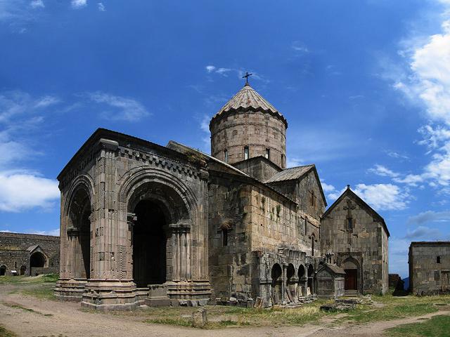 На территории этого монастыря построили церкви Святого Петра и Святого Павла, сохранившиеся до наших дней. В начале 30-х годов XX века из-за землетрясения купола этих церквей и рядом стоящая колокольня были разрушены.
