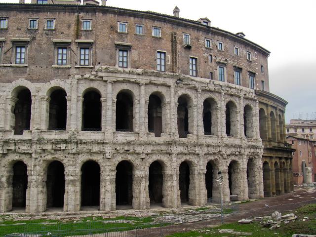 В основе строительства использован туф, а обшивка выполнена из белого травертина. Здание театра имеет огромное количество тоннелей и украшено многочисленными арками.