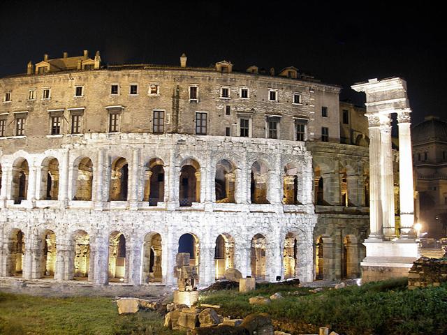 На заре Средневековой эпохи театр не использовался по назначению, а служил крепостью. В наши дни театр принимает под своей крышей концерты в летний период.