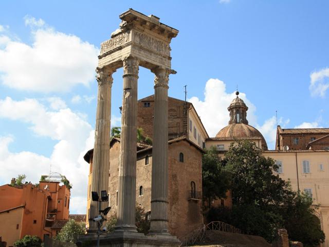Место для него было выбрано и расчищено Гаем Юлием Цезарем, а построен театр был уже его наследником, Октавианом Августом, и назван в честь его племянника – покойного Марка Клавдия Марцелла, скончавшегося за 5 лет до окончания строительства.