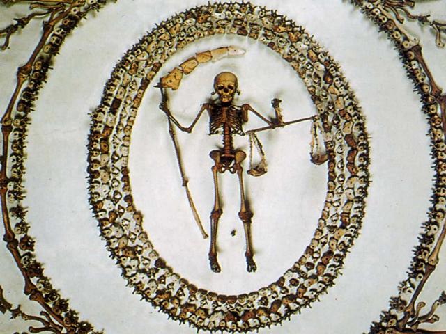 Церковь была построена в самом начале XVII века, именно тогда у христиан был очень силен культ смерти и умерших людей. Смертью нельзя было напугать ни одного верующего в те века, она была также естественна, как и жизнь. Истинно верующий всегда готов был ее встретить.