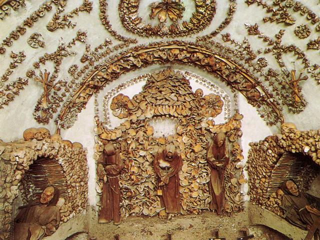 """Церковь Санта-Мария-делла-Кончеционе, которая располагается в самом центре Рима, возвели еще в 1626-1631 годах, а вот в течение следующих 300 лет собирали необходимые для нее останки монахов, которыми затем """"нарядили"""" крипты и  выложили мозаику в стиле барокко и рококо."""