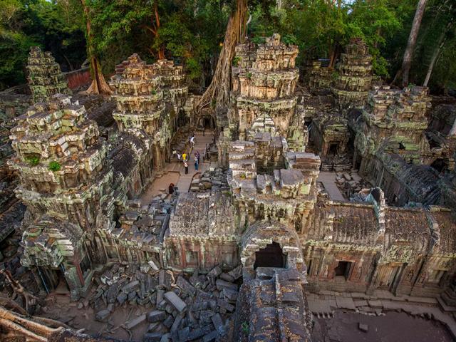 В нем служили 15 жрецов, около 2,7 тысяч священнослужителей и более 600 танцовщиц. Внутри храм был украшен каменной резьбой и статуями.
