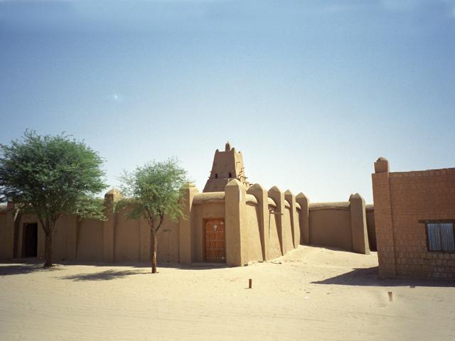 От былой пышности городу удалось сохранить три старинные мечети, возраст которых впечатляет – около семи столетий. В старом городе находится Великий рынок, имеющий весьма скромные размеры.