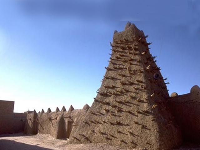 Некогда прекрасный город, который называли Королевой Сахары, давно утратил свое величие. Время здесь как будто остановилось: как и много лет назад, величественные эвкалипты шумят над Нигером.