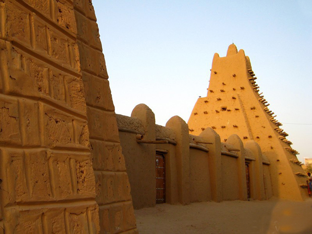 Колодец Букту отреставрировали и поместили во двор городского музея вместе с брикетом каменной соли, которая была главным товаром.