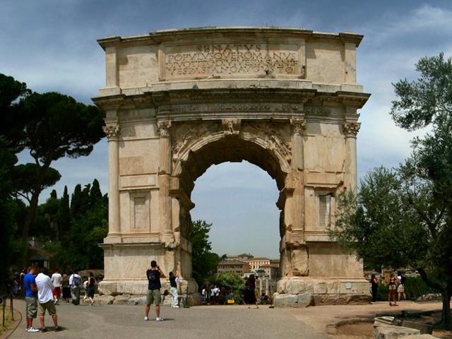 Несмотря на это, само сооружение открыли только через одиннадцать лет после битвы, когда сам император Тит уже умер. Арка является достаточно большим монолитом, в центре которого прорубили полукруглый проем.